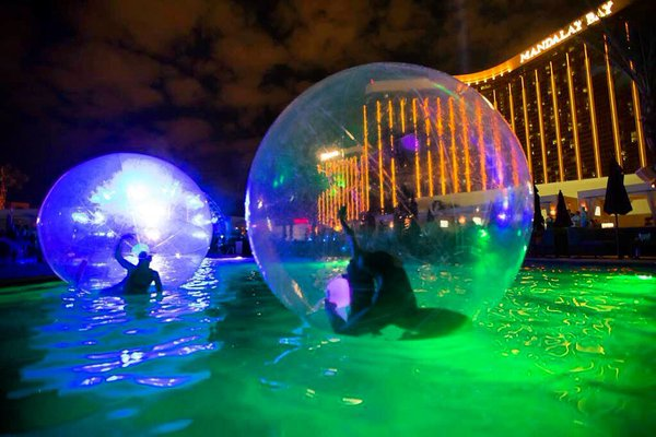 Nighttime Pool Parties Las Vegas At Night Bachelor Vegas
